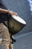 Τύμπανο που παίζεται αφρικανικό από ένα άτομο Στοκ Φωτογραφίες