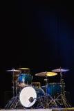 Τύμπανο που τίθεται σε ένα στάδιο στο σκοτεινό υπόβαθρο Μουσική εξάρτηση τυμπάνων στη σκηνή Στοκ Φωτογραφίες