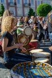 Τύμπανο percusion παιχνιδιού των νέων γυναικών στοκ εικόνες με δικαίωμα ελεύθερης χρήσης