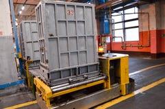 Τύποι, εξοπλισμός για τις συνθετικές ίνες στο κατάστημα παραγωγής του πετροχημικού στοκ φωτογραφία με δικαίωμα ελεύθερης χρήσης