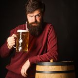 Τύποι και μορφές μπύρας Γενειοφόρο άτομο με ένα ποτήρι της μπύρας Αναδρομικό άτομο με μια μπύρα Έννοια ζυθοποιείων Εξοπλισμός για στοκ εικόνες με δικαίωμα ελεύθερης χρήσης