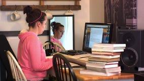 Τύποι κοριτσιών γυμνασίου κολλεγίου στον υπολογιστή φιλμ μικρού μήκους