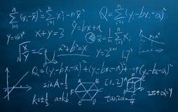 Τύποι μαθηματικών στο υπόβαθρο πινάκων κιμωλίας Στοκ εικόνες με δικαίωμα ελεύθερης χρήσης