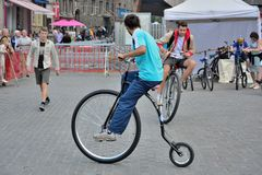 Τύποι που οδηγούν στα σύγχρονα ποδήλατα Στοκ φωτογραφία με δικαίωμα ελεύθερης χρήσης