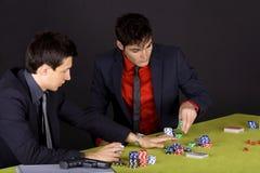 τύποι που παίζουν το πόκε&rho Στοκ Φωτογραφίες