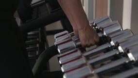 Τύποι που παίρνουν και που ξαναβάζουν τους βαριούς αλτήρες για να σταθεί στη γυμναστική, κατάρτιση μυών απόθεμα βίντεο