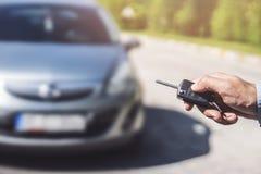 Τύποι χεριών ατόμων στα συστήματα συναγερμών αυτοκινήτων τηλεχειρισμού στοκ φωτογραφίες με δικαίωμα ελεύθερης χρήσης
