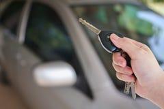 Τύποι χεριών γυναικών στο συναγερμό αυτοκινήτων τηλεχειρισμού στοκ φωτογραφίες με δικαίωμα ελεύθερης χρήσης