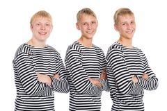 Τύποι blondes σε ένα ριγωτό πουκάμισο με τα όπλα που διασχίζονται στοκ φωτογραφία με δικαίωμα ελεύθερης χρήσης