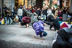 Τύποι Breakdancer στο Μιλάνο που χορεύει στην οδό στοκ εικόνα