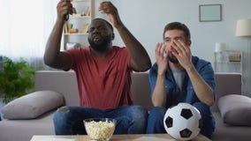 Τύποι Multiethnic που προσέχουν τον αγώνα ποδοσφαίρου, που ματαιώνεται από την ήττα της αγαπημένης ομάδας απόθεμα βίντεο