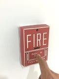 Τύπος δάχτυλων στη μονάδα συναγερμών πυρκαγιάς στοκ εικόνα με δικαίωμα ελεύθερης χρήσης