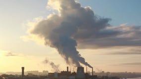 Τύπος βιομηχανικών σωλήνων από τους οποίους καπνός Τα βιομηχανικά απόβλητα μολύνουν την ατμόσφαιρα της γης φιλμ μικρού μήκους