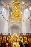 Τύπος εσωτερικών επίπλων της ορθόδοξης χριστιανικής εκκλησίας, τεράστιος χρυσός πολυέλαιος με τα κεριά, ένα εικονοστάσιο στοκ φωτογραφία