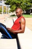 Τύπος ικανότητας αφροαμερικάνων που χαλαρώνει υπαίθρια Στοκ φωτογραφία με δικαίωμα ελεύθερης χρήσης