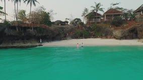 Τύπος και ένα κορίτσι που έχει τη διασκέδαση να τρέξει γύρω στη θάλασσα Η όμορφη φύση των Φιλιππινών εναέρια όψη φιλμ μικρού μήκους