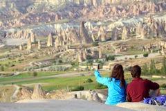 Τύπος και ένα κορίτσι που κάνει ένα selfie με τους λόφους του ηφαιστειακού βράχου Στοκ φωτογραφία με δικαίωμα ελεύθερης χρήσης
