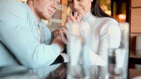 Τύπος και κορίτσι εραστών σε έναν καφέ απόθεμα βίντεο