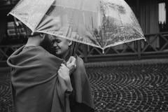 Τύπος και κορίτσι κάτω από μια ομπρέλα Στοκ Φωτογραφία