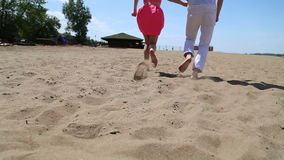 Τύπος και κορίτσι που τρέχουν γύρω στην άμμο απόθεμα βίντεο