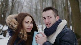 Τύπος και κορίτσι το χειμώνα στο πάρκο φιλμ μικρού μήκους