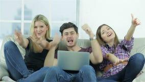 Τύπος και δύο κορίτσια παρουσιάζουν κορυφή αντίχειρων άμεσα απόθεμα βίντεο