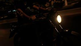 Τύπος κινηματογραφήσεων σε πρώτο πλάνο στις ταχύτητες κρανών στη μοτοσικλέτα κατά μήκος του δρόμου ασφάλτου απόθεμα βίντεο