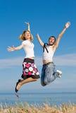 τύπος κοριτσιών που πηδά το λεπτό δεσμό Στοκ Φωτογραφία