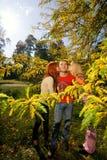 τύπος κοριτσιών φιλώντας έν& Στοκ Εικόνες