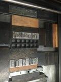 Τύπος κυλίνδρων με την κινητή περιουσία, τύπος μετάλλων που κλειδώνεται σε ένα αυλάκωμα Στοκ φωτογραφία με δικαίωμα ελεύθερης χρήσης