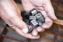 τύπος μετάλλων χουφτών Στοκ εικόνες με δικαίωμα ελεύθερης χρήσης