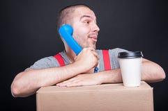 Τύπος μετακινούμενων που μιλά στο τηλέφωνο που έχει τον καφέ Στοκ Εικόνα