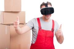 Τύπος μετακινούμενων που φορά τα γυαλιά εικονικής πραγματικότητας που κάνουν όπως τη χειρονομία Στοκ Φωτογραφίες