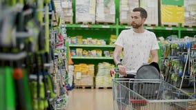 Τύπος με ένα κάρρο αγορών εσωτερικό απόθεμα βίντεο