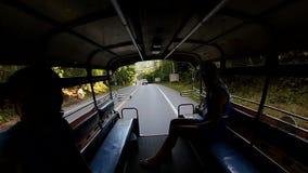 Τύπος με το κορίτσι που οδηγά στο tuk tuk στους πάγκους στην Ταϊλάνδη απόθεμα βίντεο