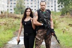 Τύπος με το κορίτσι σε ένα πεδίο μάχη Στοκ Εικόνες