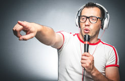 Τύπος με το μικρόφωνο και τα ακουστικά Στοκ Φωτογραφίες