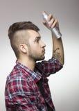 Τύπος με το mohawk που βάζει τη λακ Στοκ φωτογραφίες με δικαίωμα ελεύθερης χρήσης
