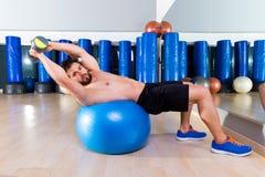Τύπος πάγκων αλτήρων στην κατάλληλη γυμναστική ατόμων σφαιρών workout Στοκ φωτογραφία με δικαίωμα ελεύθερης χρήσης