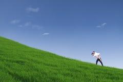 Τύπος που δίνει piggyback το γύρο στο λόφο κάτω από το μπλε ουρανό Στοκ Φωτογραφίες