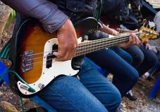 Τύπος που αγκαλιάζει μια κιθάρα Στοκ Φωτογραφίες
