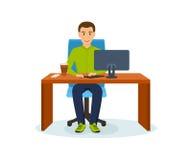 Τύπος που λειτουργεί στον υπολογιστή πέρα από το πρόγραμμα, στον επιτραπέζιο ρουφώντας γουλιά γουλιά καφέ Στοκ φωτογραφία με δικαίωμα ελεύθερης χρήσης