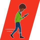 Τύπος που εξετάζει το κινητό τηλέφωνο apps Στοκ εικόνες με δικαίωμα ελεύθερης χρήσης