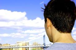 τύπος που κοιτάζει έξω Στοκ φωτογραφία με δικαίωμα ελεύθερης χρήσης