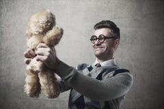 Τύπος που κρατά μια teddy αρκούδα Στοκ φωτογραφία με δικαίωμα ελεύθερης χρήσης