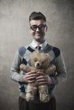 Τύπος που κρατά μια teddy αρκούδα Στοκ Εικόνα