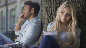 Τύπος που μιλά στο τηλέφωνο, η φίλη του που συνθέτει το μήνυμα αγάπης για τον, νεολαία φιλμ μικρού μήκους