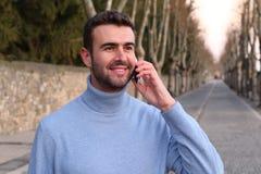 Τύπος που μιλά στο κινητό τηλέφωνο Στοκ εικόνες με δικαίωμα ελεύθερης χρήσης