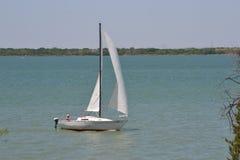 Τύπος που παρασύρει sailboat Στοκ Εικόνες