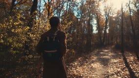Τύπος που περπατά ήσυχα σε ένα δάσος φιλμ μικρού μήκους